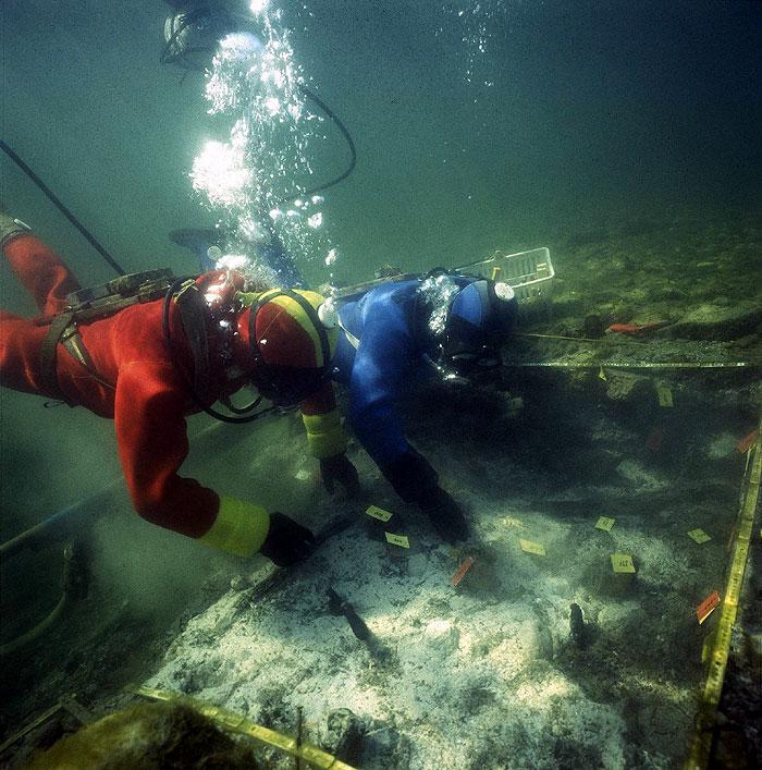 Taucharchäologen bei der Arbeit (Foto: BAK Schweiz)