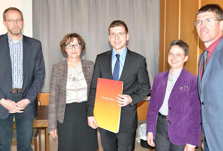 Lajos Berkes (Mitte) bei der Preisverleihung mit (v.l.) Prof. Dr. Torsten Mattern, Dr. Barbara Krauß, Prof. Dr. Andrea Jördens und Prof. Dr. Michael Jäckel. (Foto: Uni Trier)