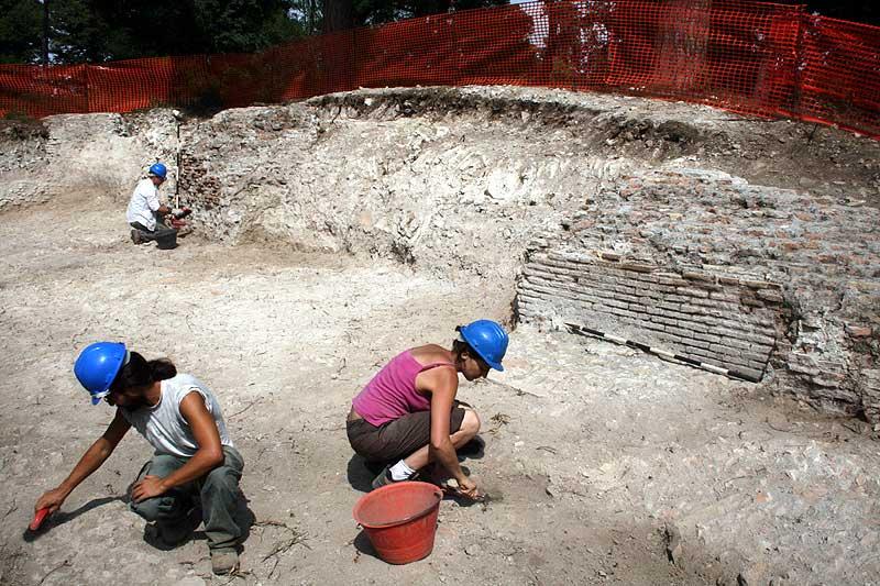 Ausgrabungen innerhalb eines Gelasses des Werftgebäudes. Auf der rechten Seite ist die Basis eines Pfeilers zu sehen © University of Southampton 2011