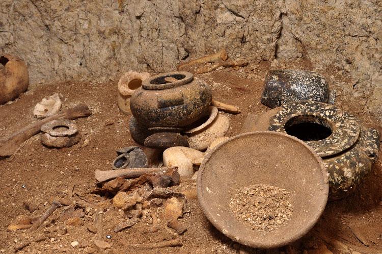 Steingefäße und Keramikschalen