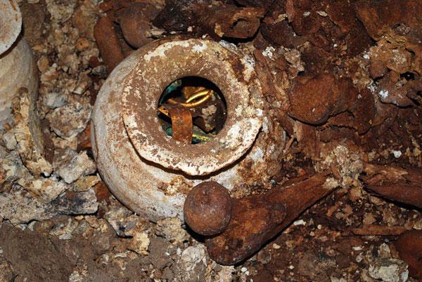 Goldschmuck in einem Alabastergefäß