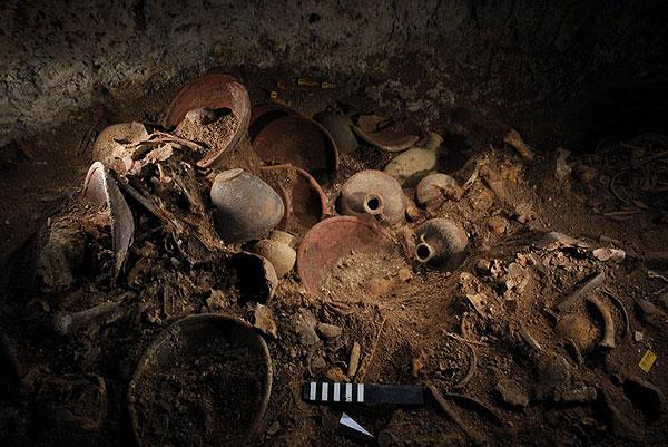 Keramikgefäße in der Südkammer der Nebengruft unter dem Königspalast von Qatna; Ausgrabungen Juli-August 2010 (Foto: Marc Steinmetz)