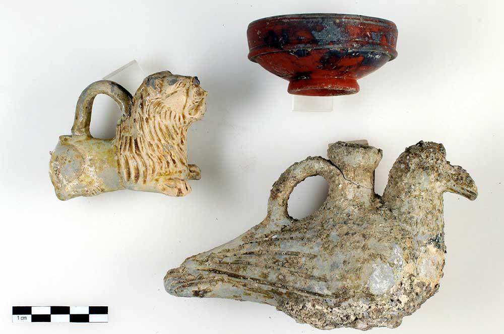 In den freigelegten Gräbern wurden Beigaben wie Tongefäße oder die abgebildeten glasierten Keramikgefäße in Löwen- und in Taubenform gefunden © zVg Kantonsarchäologie Aargau
