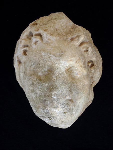 """Kopf des Satyrs """"Ludovisi"""" aus Chimtou. Der Ausbruch an der Stirnseite ist zur Hand der Mänade zu ergänzen (Foto: DAI Rom)"""