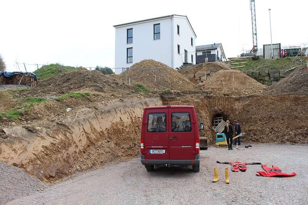 Stolleneingang bei Tiefbauarbeiten in einem Baugebiet in Schwelm