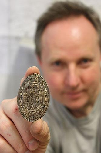 Dr. Sven Spiong mit dem neu entdeckten Siegelstempel