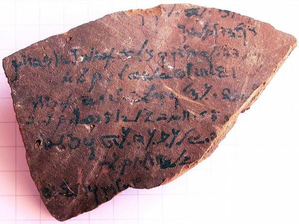 Abrechnung für Weizenlieferungen: Darum geht es auf dieser in demotischer Schrift beschriebenen Tonscherbe aus dem Tempel von Dime. Die erstmalige Publikation dieser Scherben ist Teil des Würzburger DFG-Projekts. (Foto: Martin Stadler)