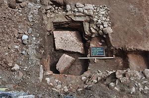 Das vermutlich frühchristliche Taufbecken mit Steinplatte in Terlan (© Provinz Bozen)