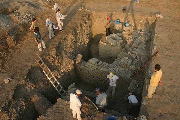 Bei den Grabungen in der Unterstadt von Troia im Sommer 2010 werden unter Häusern aus römischer und hellenistischer Zeit bronzezeitliche Schichten freigelegt (Foto: Gebhard Bieg, Universität Tübingen)