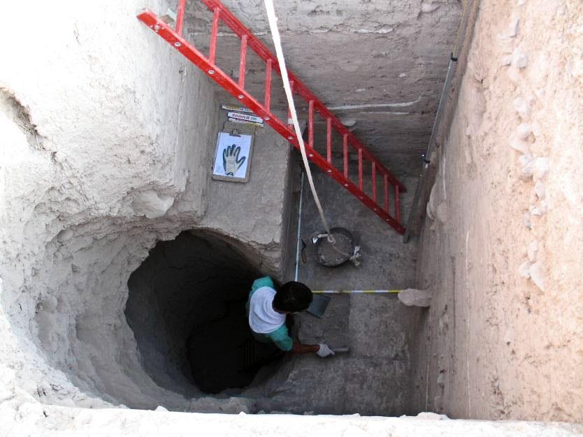 Ausgrabungs in 8m tiefen Siedlungsschichten