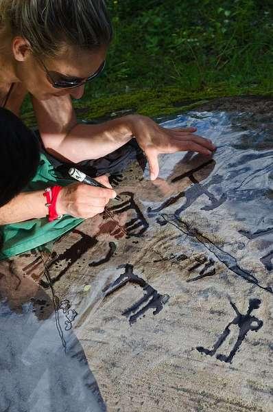 Archäologin bei der Erfassung