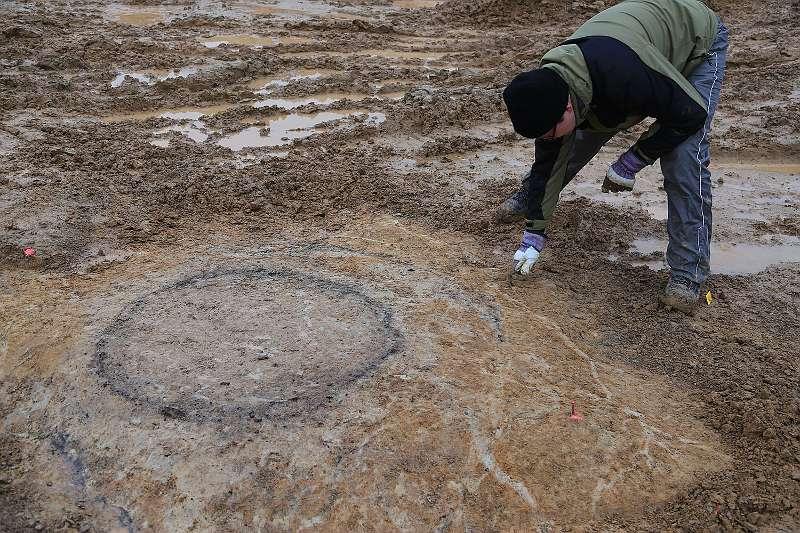 Kreisrund zeichnen sich die Relikte im Boden ab