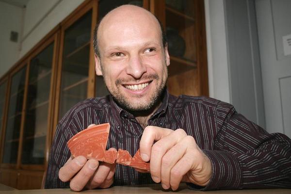 Der Jenaer Archäologe Dr. Andreas Schäfer mit dem Bruchstück einer südgallischen Terra-Sigillata-Schüssel aus der 2. Hälfte des 1. Jh. n. Chr. (Foto: Anne Günther/FSU)
