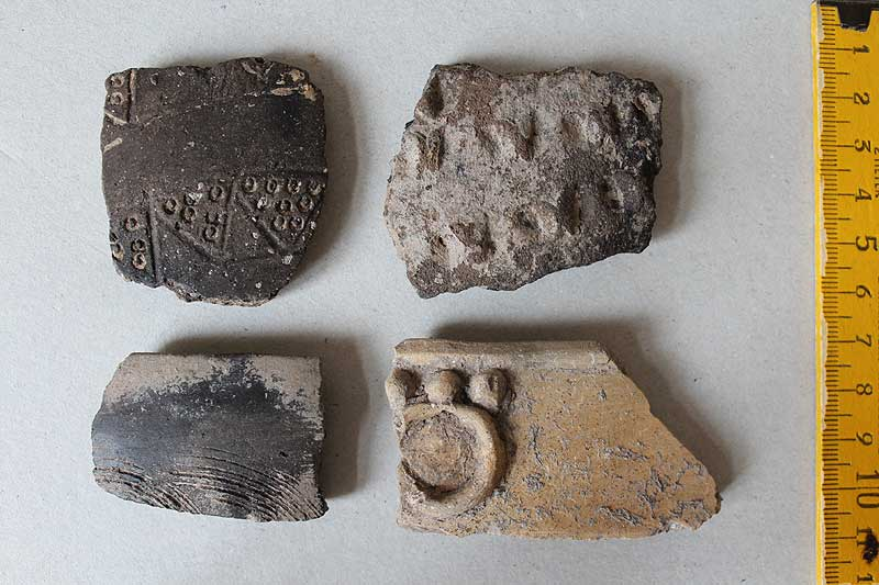Handgemachte verzierte Keramik aus einer Grube der Zeit um 100 n. Chr.: Zeugnisse von Germanen in römischem Dienst? (Institut für Arch. Wissenschaften (Abt. II)/Thomas Maurer)