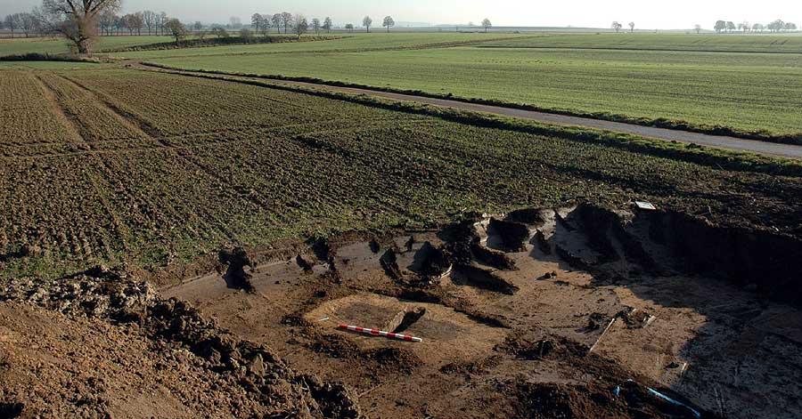 Eine freigelegte Grabgrube des Gräberfeldes in Großeneder-Borgentreich (Kreis Höxter)
