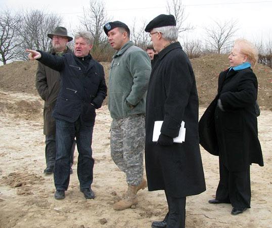 Landesarchäologe Schallmeyer und US-Colonel B. Everson