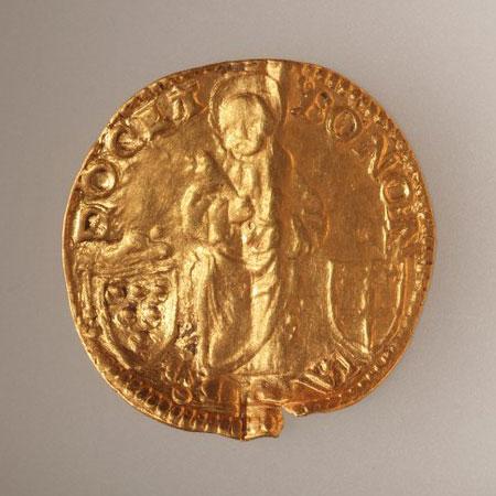 Goldmünze aus Zug: Heiliger Petrus zwischen dem Wappen der Stadt Bologna und dem Medici-Wappen. Quelle: Kantonsarchäologie Zug
