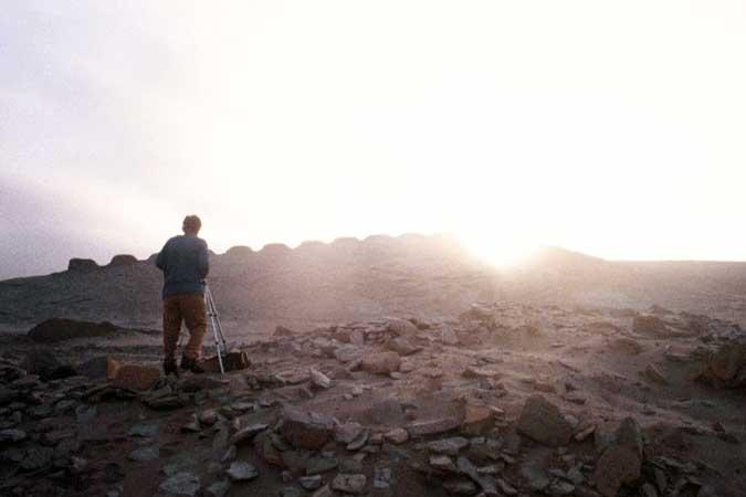 Der peruanische Archäologe Cesar Cornejo prüft die astronomische Ausrichtung während des Sonnenaufgangs zur Wintersonnenwende. Foto: © I. Ghezzi