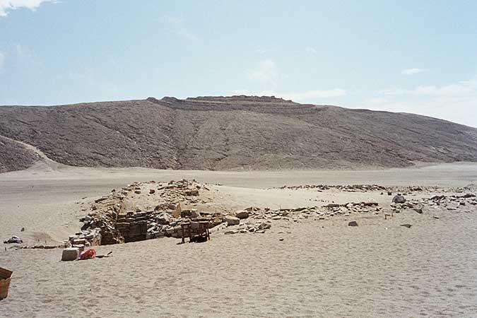 Ausgrabung am westlichen Beobachtungspunkt (Sonnenaufgangsobservatorium). Im Hintergrund die »Zitadelle« von Chankillo. Foto: © I. Ghezzi