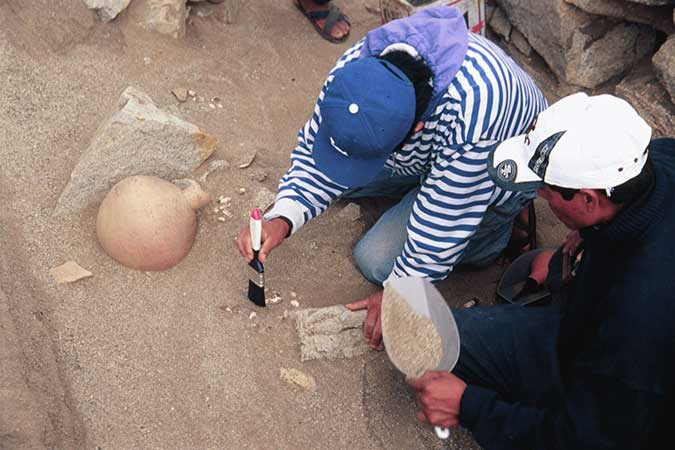 Freilegung einer Keramikdeponierung während der Ausgrabungen am Sonnenobservatorium. Foto: © I. Ghezzi