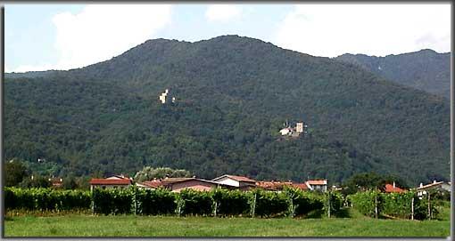 Blick aus dem Tal auf die Burgen Cucagna (links) und Zucco (rechts) (Foto: H. Grönwald)