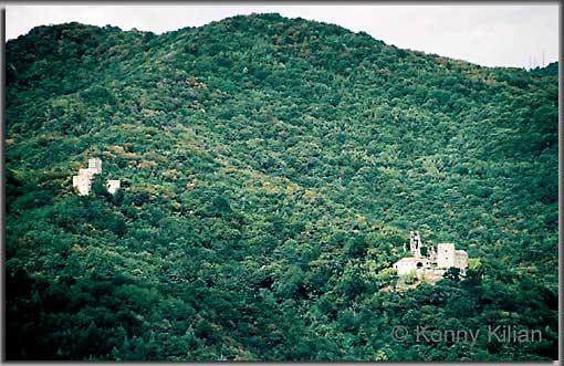 Die Burgen Cucagna (links) und Zucco (rechts) (Foto: K. Kilian)