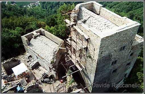 Blick auf die Kapelle und den Pallazzo III der Burg Cucagna. (Foto: D. Raccanello)