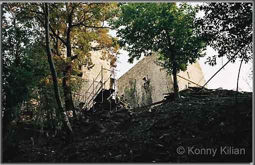Anblick der Burg beim Aufstieg. (Foto: K. Kilian)
