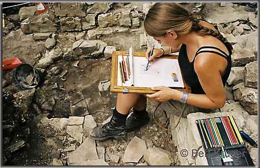 Zeichnen eines Befundes auf der Burg. (Foto: B. Krüger)
