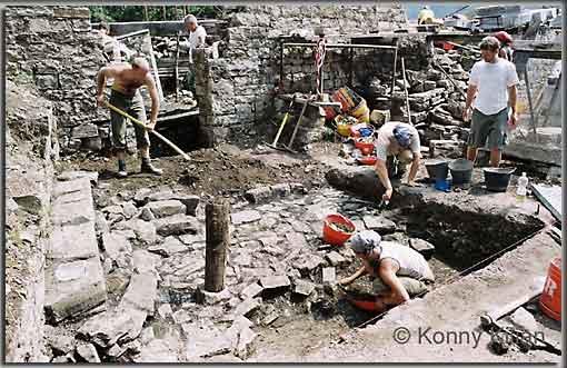 Arbeiten im Haupthof der Burg Cucagna. (Foto: K. Kilian)