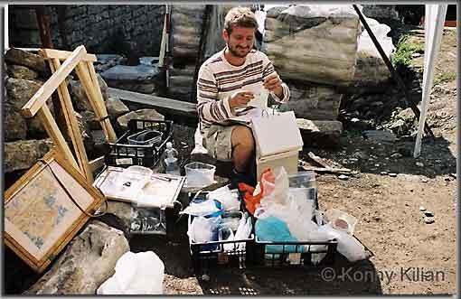 Eintüten, beschriften, abheften - die Disziplinen des archäologischen Dreikampfes auf einer Grabung. (Foto: K. Kilian)