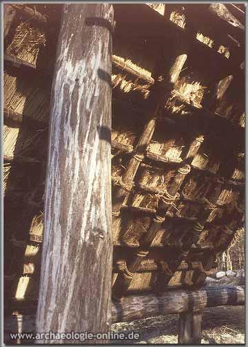 Die Unterdachkonstruktion des nachgebauten Steinzeithauses von Flögeln