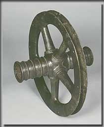 Bronzenes Speichenrad eines Kultwagens aus Haßloch, Kr. Bad Dürkheim, ca. 700 v.Chr. Felgen und Speichen des Rades (Dm. ca. 50 cm) waren ursprünglich mit Holz ausgefüttert. Um das Rad vor einem Mißbrauch zu schützen, wurde es vor seiner Deponierung zerschlagen. (Bild: Historisches Museum der Pfalz)