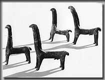 Zwei männliche und zwei weibliche Tonpferdchen aus einem Grabhügel bei Zainingen, Lk. Münsingen. Die vier Pferdefiguren sind griechischen Kleinplastiken nachgeformt (Foto: W. Torbrügge)
