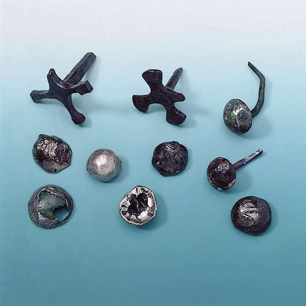 Verschiedene Ziernägel aus Eisen oder Bronze, teilweise mit Silberfolie überzogen. (© Varusschlacht im Osnabrücker Land GmbH – Museum und Park Kalkriese: Christian Grovermann (für Varusschlacht))