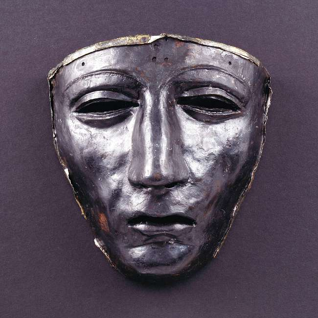 Auch die eiserne Gesichtsmaske eines römischen Helmes zeigt Spuren der Plünderungen: die Silberblechauflage fehlt fast vollständig. (© Varusschlacht im Osnabrücker Land GmbH – Museum und Park Kalkriese: Christian Grovermann (für Varusschlacht))
